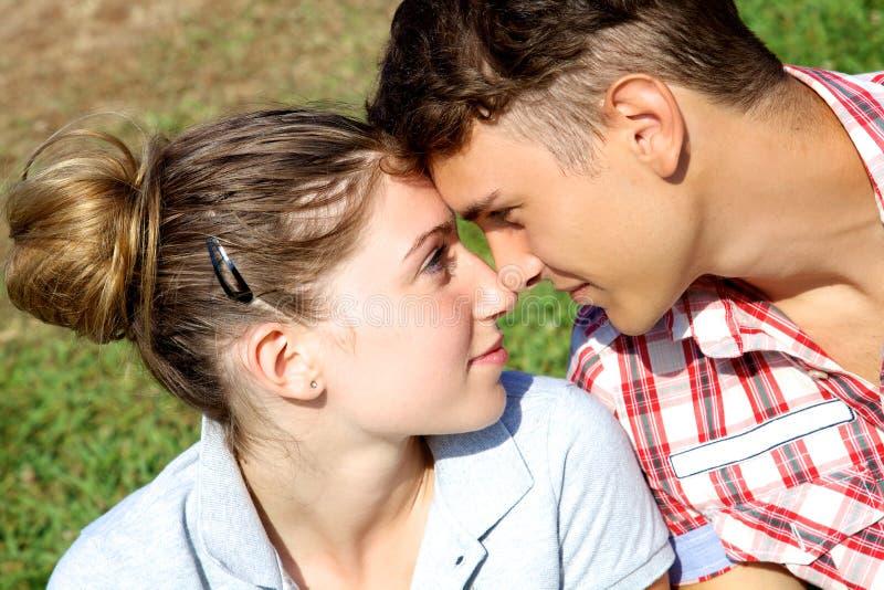 Coppie nell'amore che se esamina immagini stock libere da diritti