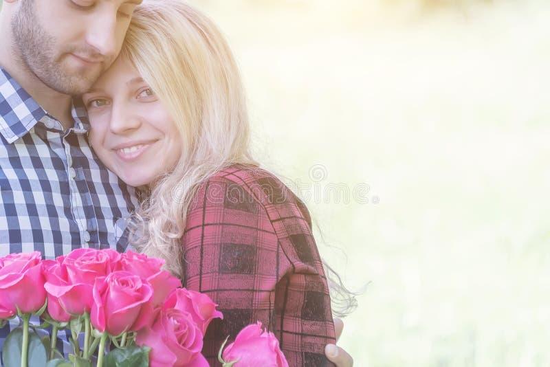 Coppie nell'amore che si abbraccia fotografia stock