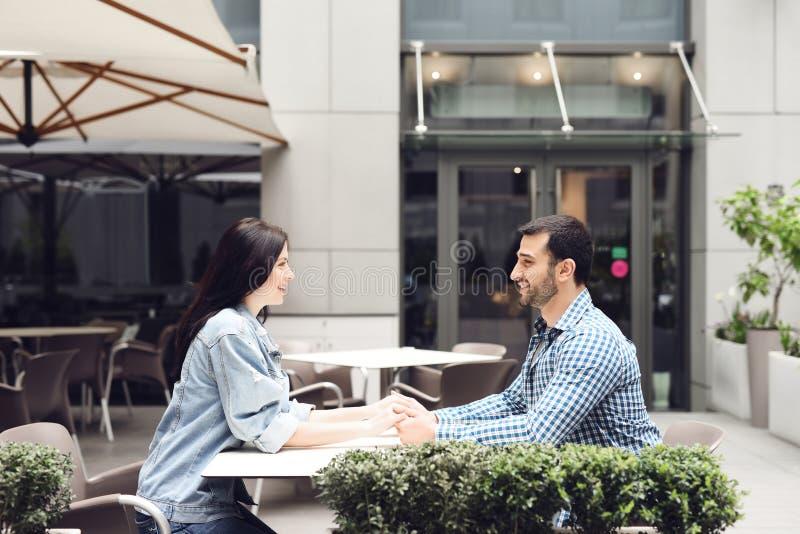 Coppie nell'amore che si siede in caffè immagini stock