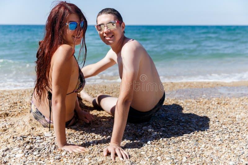Coppie nell'amore con gli occhiali da sole immagine stock libera da diritti