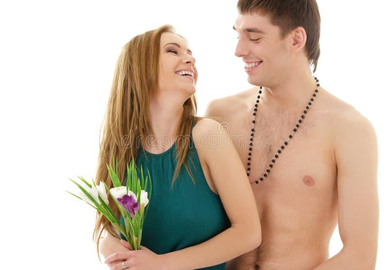 Coppie nell'amore con i fiori fotografia stock libera da diritti