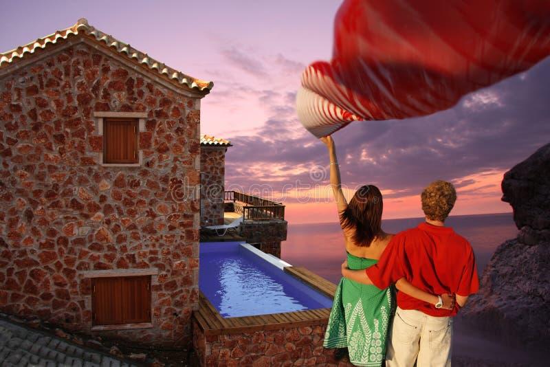 coppie nell'amore con la villa di lusso con nuoto po immagini stock libere da diritti