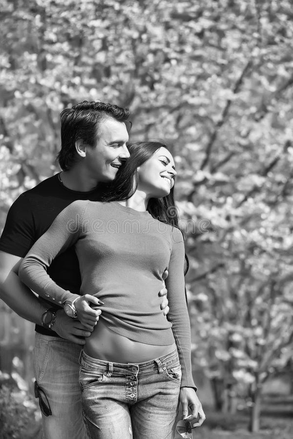 Coppie nell'amore Giovani coppie alla moda in parco fotografia stock