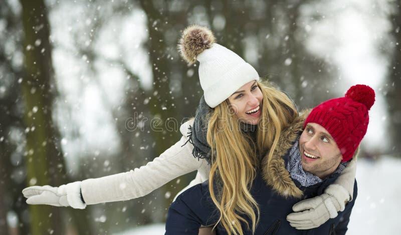 Coppie nell'amore nel paesaggio di inverno immagini stock libere da diritti