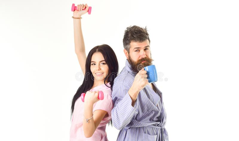 Coppie nell'amore in pigiama, supporto dell'accappatoio isolato su fondo bianco Concetto di alternativa di mattina Coppie, famigl fotografia stock