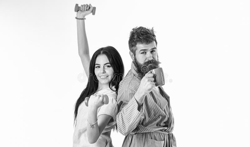 Coppie nell'amore in pigiama, supporto dell'accappatoio isolato su fondo bianco Concetto di alternativa di mattina Coppie, famigl immagini stock libere da diritti