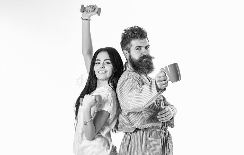 Coppie nell'amore in pigiama, supporto dell'accappatoio isolato su fondo bianco Concetto di alternativa di mattina Ragazza con il immagine stock libera da diritti
