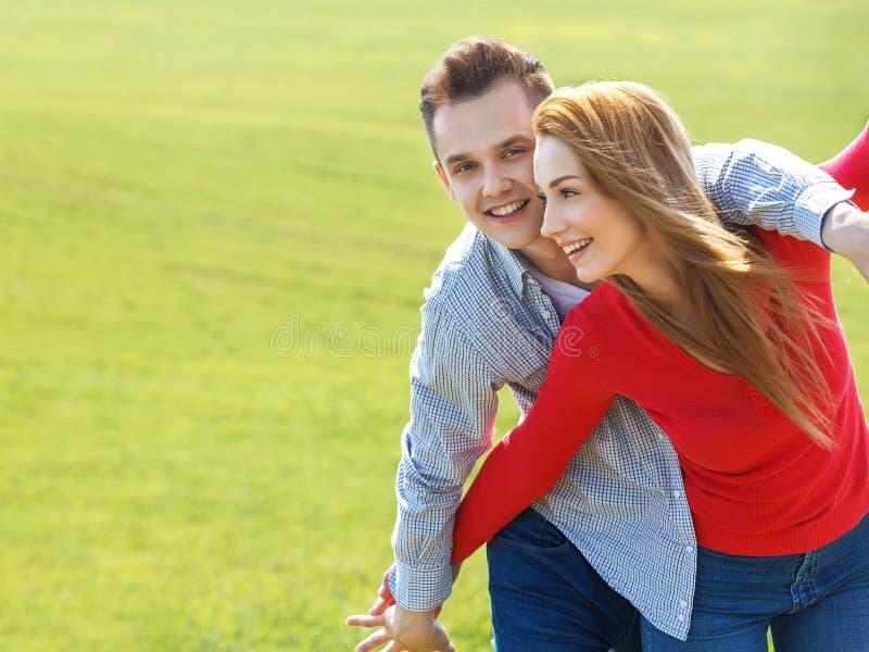 Coppie nell'amore Ritratto di giovani coppie attraenti all'aperto fotografia stock libera da diritti