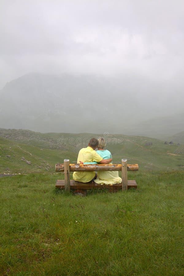 Coppie nell'amore su una parte superiore della montagna fotografia stock