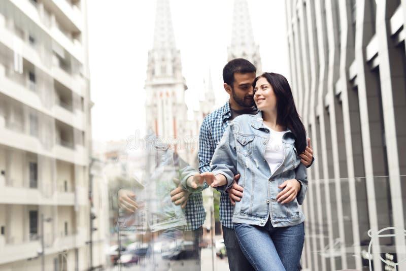 Coppie nell'amore sul terrazzo di estate del ristorante immagine stock libera da diritti