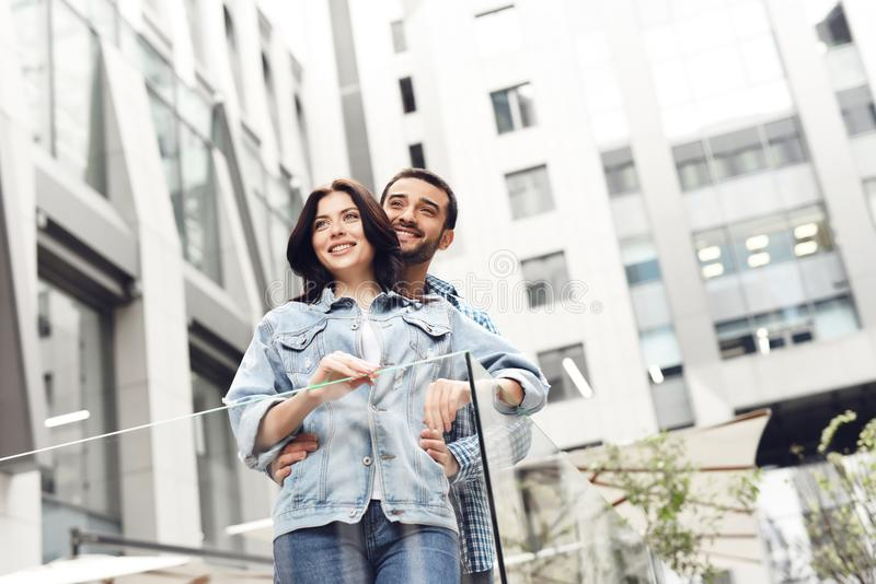 Coppie nell'amore sul terrazzo di estate del ristorante fotografia stock