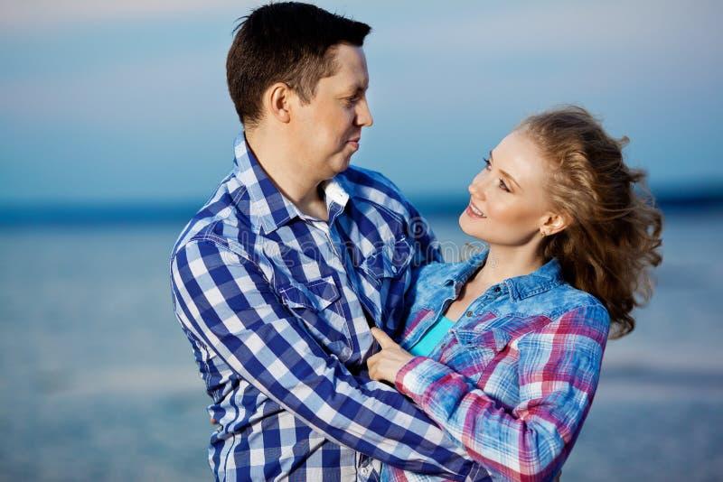 Coppie nell'amore sulla spiaggia Bei giovane donna ed uomo a Th fotografia stock libera da diritti