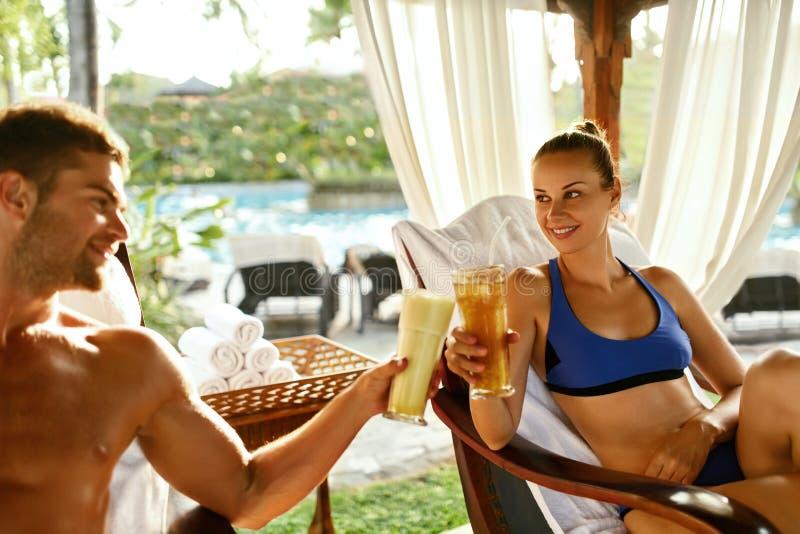 Coppie nell'amore sulla vacanza romantica con i cocktail alla stazione termale fotografie stock