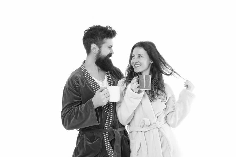 Coppie nell'amore tazza di caff? che veste bianco di mattina dell'abito della ragazza Caff? felice della bevanda delle coppie Mat immagini stock libere da diritti
