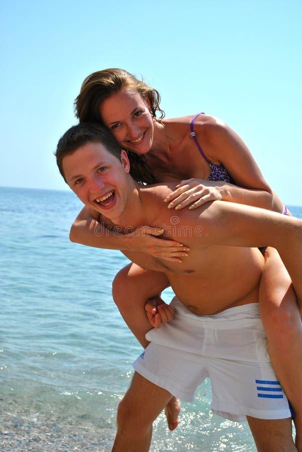 Coppie nell'amore vicino al mare fotografia stock libera da diritti