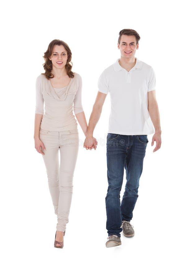 Coppie nella camminata casuale sopra il fondo bianco immagine stock