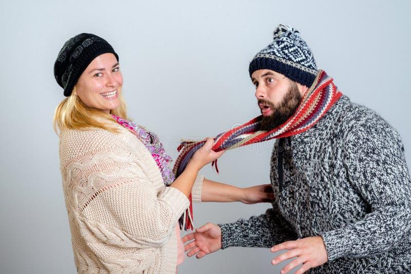 Coppie nello scherzare del vestito da inverno fotografie stock libere da diritti