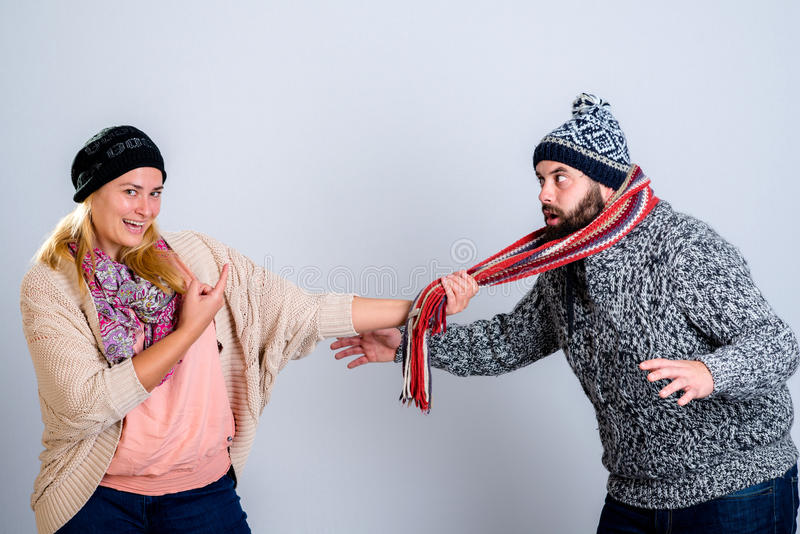 Coppie nello scherzare del vestito da inverno fotografia stock