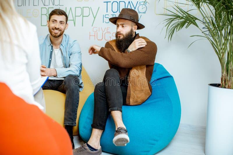 Coppie omosessuali durante il consiglio psicologico immagini stock libere da diritti