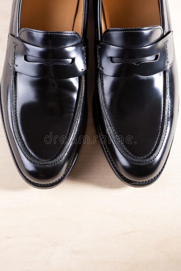 Coppie Penny Loafers Sho nera di cuoio moderna costosa alla moda fotografia stock