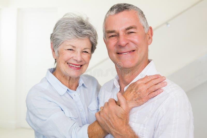 Coppie pensionate sveglie che sorridono alla macchina fotografica fotografia stock