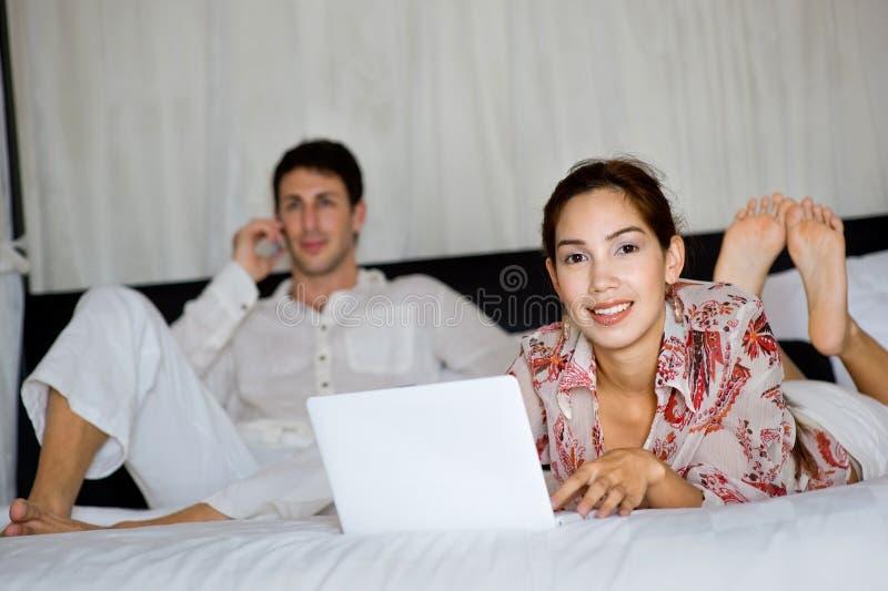 Coppie per mezzo del computer portatile immagini stock libere da diritti