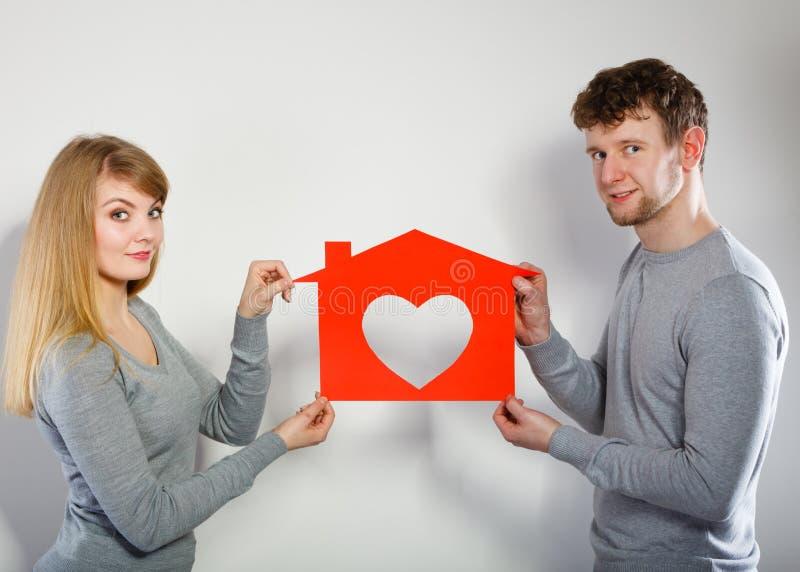 Coppie positive con la casa del cuore immagine stock libera da diritti