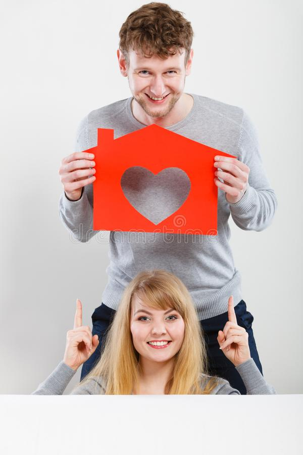 Coppie positive con la casa del cuore fotografia stock