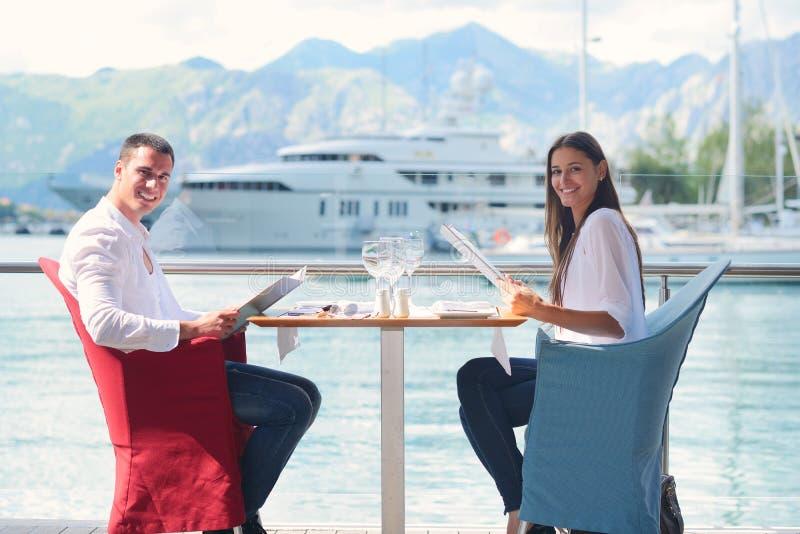 Coppie pranzando al bello ristorante immagini stock libere da diritti