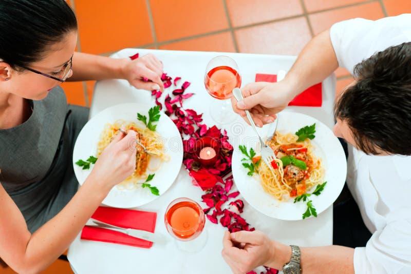 Coppie a pranzo o al pranzo immagini stock libere da diritti
