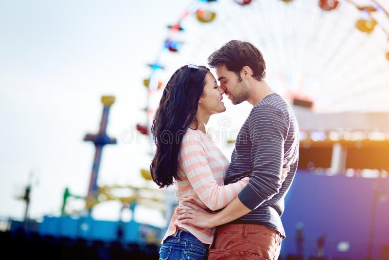 Coppie romantiche al parco di divertimenti immagine stock libera da diritti