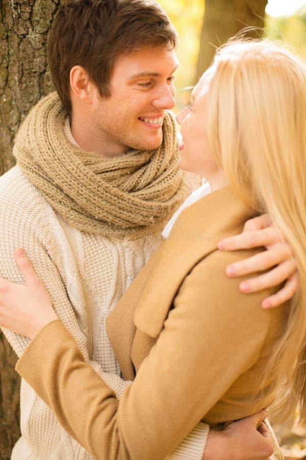 Coppie romantiche che baciano nel parco di autunno fotografia stock libera da diritti