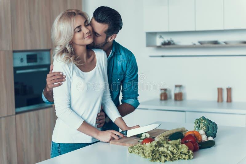 Coppie romantiche che preparano insieme prima colazione nella cucina fotografia stock