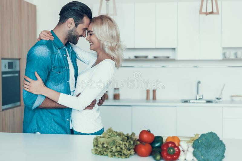 Coppie romantiche che preparano insieme prima colazione nella cucina immagine stock