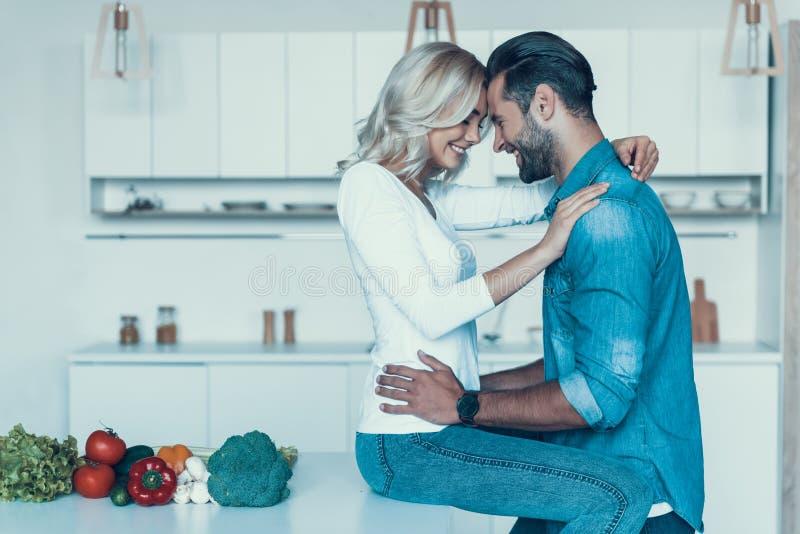 Coppie romantiche che preparano insieme prima colazione nella cucina immagine stock libera da diritti