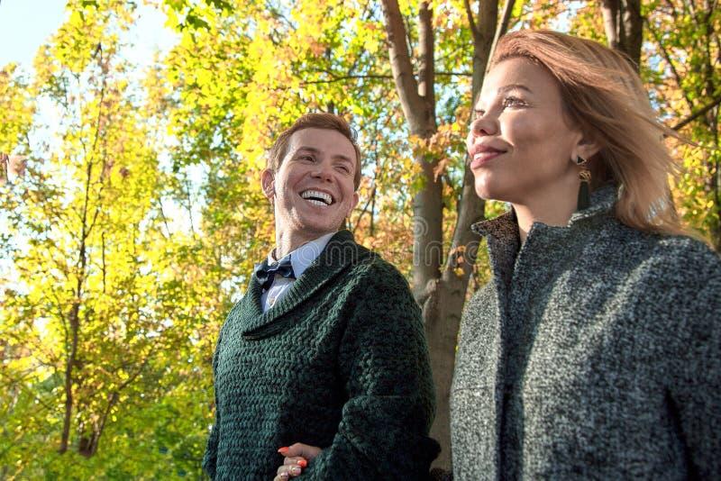 Coppie romantiche che si rilassano nel parco di autunno, stringendo a sé, baciando, godendo dell'aria fresca, bella natura, tempo fotografia stock libera da diritti