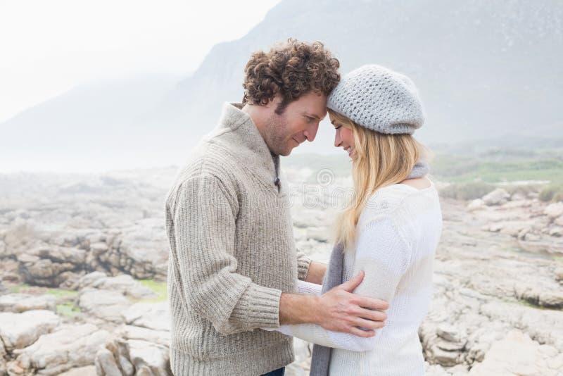 Coppie romantiche che stanno su un paesaggio roccioso fotografia stock