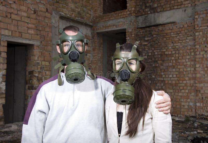 Coppie romantiche con le maschere antigas fotografia stock libera da diritti