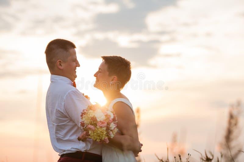 Coppie romantiche della natura all'aperto nel tramonto fotografia stock libera da diritti