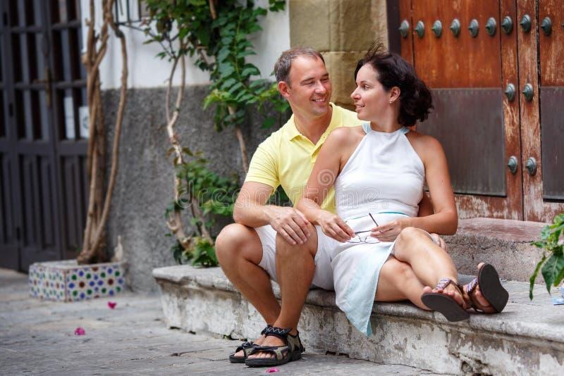 Coppie romantiche di datazione che hanno resto all'aperto in città immagini stock