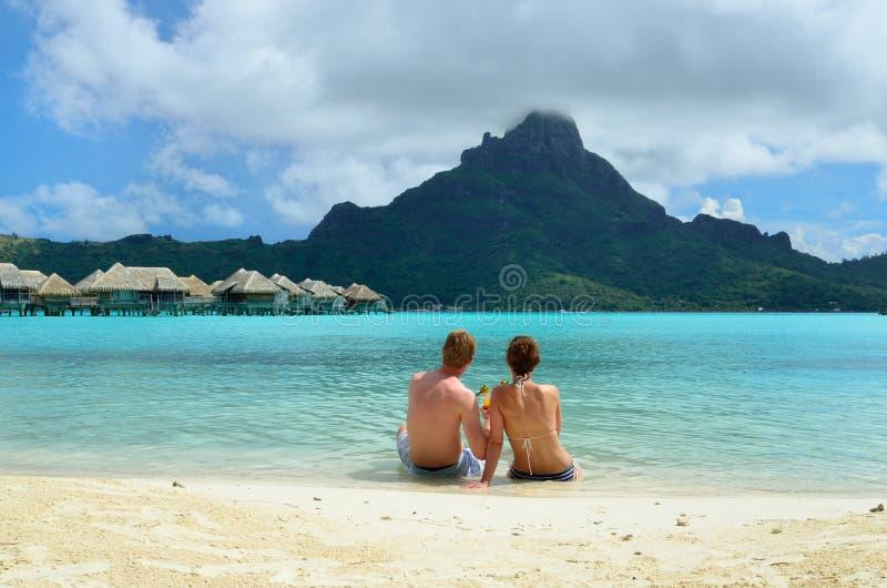 Coppie romantiche di luna di miele su Bora Bora fotografia stock libera da diritti