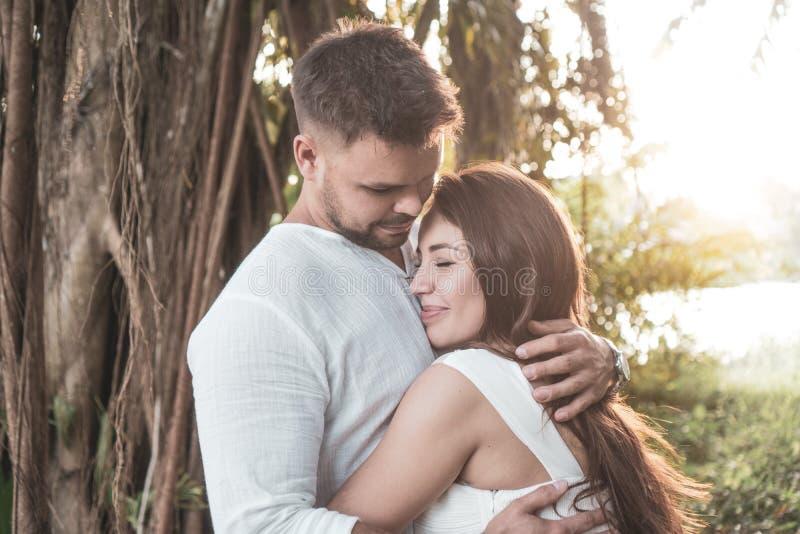 Coppie romantiche nel giardino fotografie stock