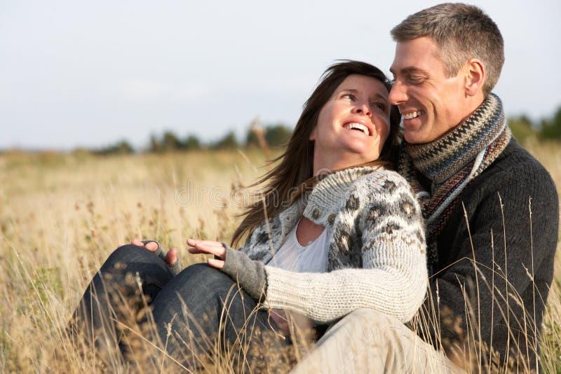 Coppie romantiche nel paesaggio di autunno fotografie stock libere da diritti