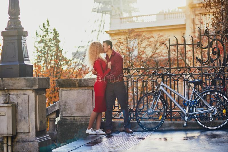 Coppie romantiche nell'amore vicino alla torre Eiffel immagine stock