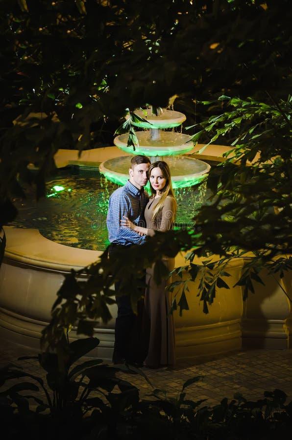 Coppie romantiche nella giungla tropicale vicino alla fontana fotografie stock