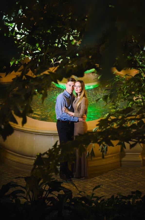 Coppie romantiche nella giungla tropicale vicino alla fontana immagini stock libere da diritti