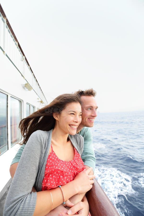 Coppie romantiche sulla nave da crociera che gode del viaggio fotografie stock libere da diritti