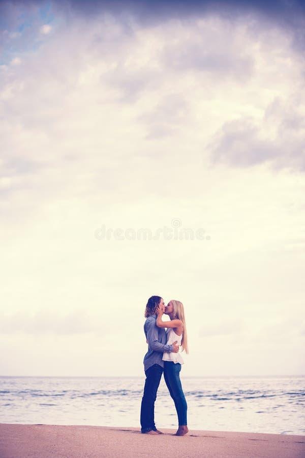 Coppie romantiche sulla spiaggia immagini stock libere da diritti