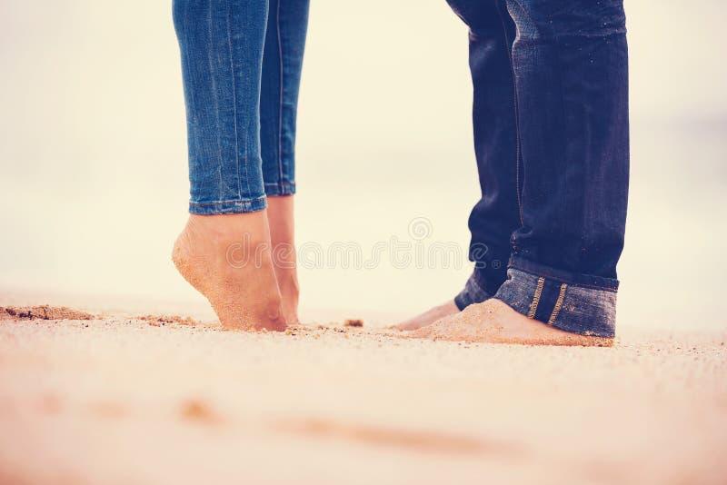 Coppie romantiche sulla spiaggia fotografia stock libera da diritti