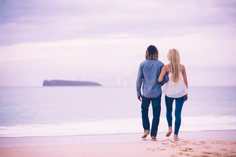 Coppie romantiche sulla spiaggia immagine stock